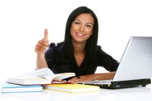 Junge Frau mit Computer